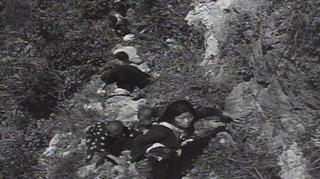 断崖絶壁を登り投降する島民_6-17-45-S.jpg